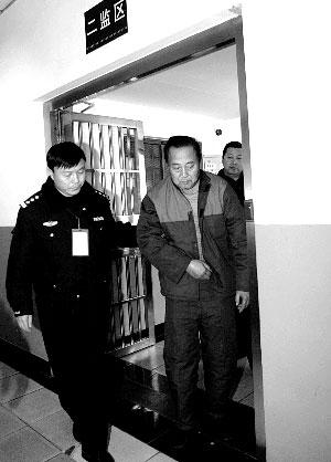 北京瘸腿老人碰瓷诈骗千余起图片